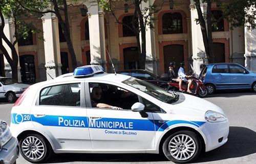Auto con targhe straniere a Salerno: scattano i controlli dei Vigili