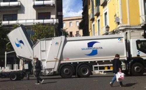 """Città sporca, operaio di Salerno Pulita: """"Le colpe non sono solo nostre"""""""