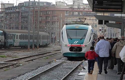 Treni soppressi e lunghe attese ai passaggi a livello, la denuncia