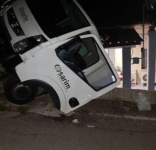 Camion dei rifiuti precupita nel vuoto ad Agropoli