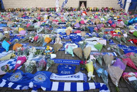 Leicester: sgomento in città, fiori dinanzi allo stadio