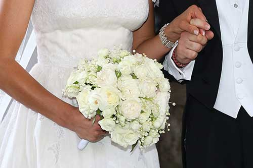 """Covid, rinvia le nozze per la seconda volta. Sposa contro De Luca: """"Gli spedisco 30 chili di confetti con richiesta di risarcimento"""""""