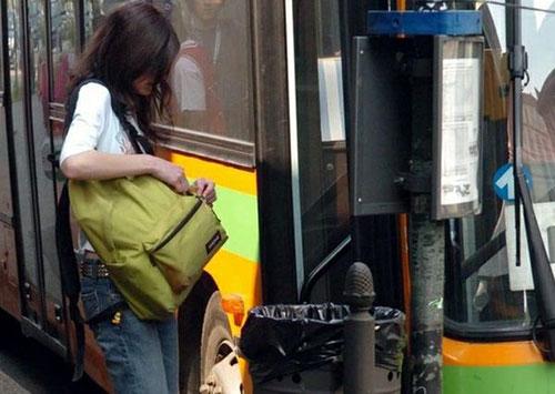 Molesta giovane studentessa su un pullman, nei guai 52enne