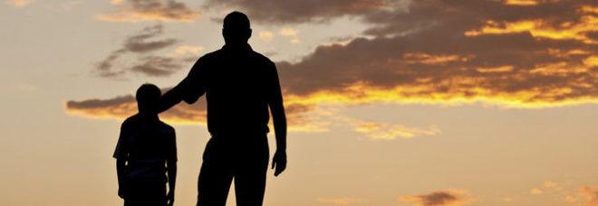 Padre assente e violento, a 9 anni «cambia» genitore