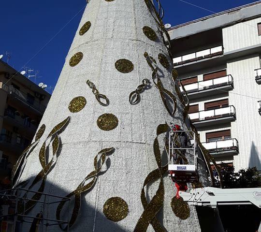 Salerno, scompare la S dall'albero di Natale a piazza Portanova, il mistero s'infittisce…