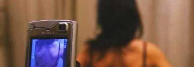 Ricatto hard all'amante, foto osé al fidanzato ufficiale: «Stalking»