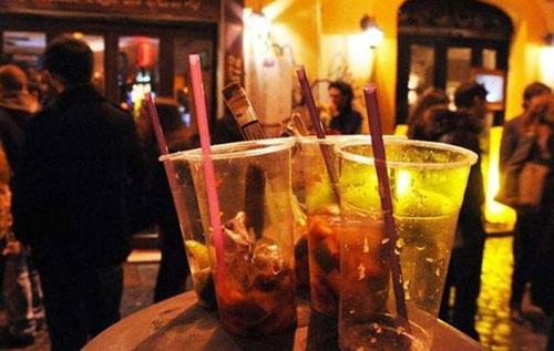 Senza mascherina nel bar della Movida a Salerno, multato di mille euro il gestore