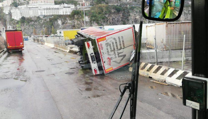 Tromba d'aria al porto di Salerno: nessun ferito, attività riprese ma ci sono dei container finiti in acqua