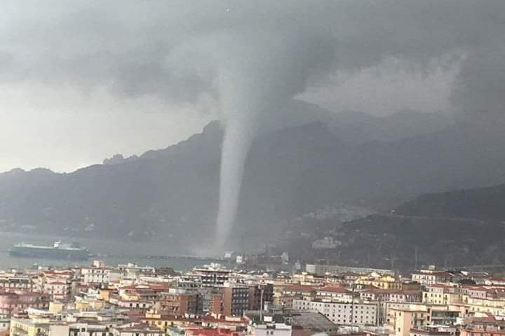 Salerno: tromba d'aria si avvicina al centro città, danni al terminal dei container – VIDEO