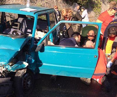 Incidente frontale a Cetara: Vigili del Fuoco estraggono anziano da auto