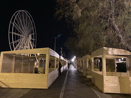 Accanto alla ruota panoramica pronti i mercatini di Natale