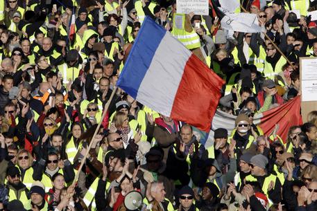Gilet gialli a Parigi, tensioni ma poi torna la calma