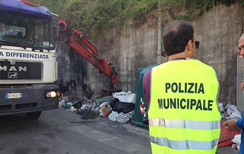 Salerno: Polizia Municipale bonifica due micro discariche nella zona orientale
