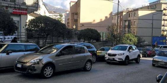 Doppie file, un solo caos a Salerno