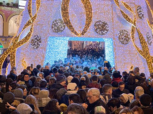 Salerno: in tanti 'sotto' il grande albero di Natale di Piazza Portanova