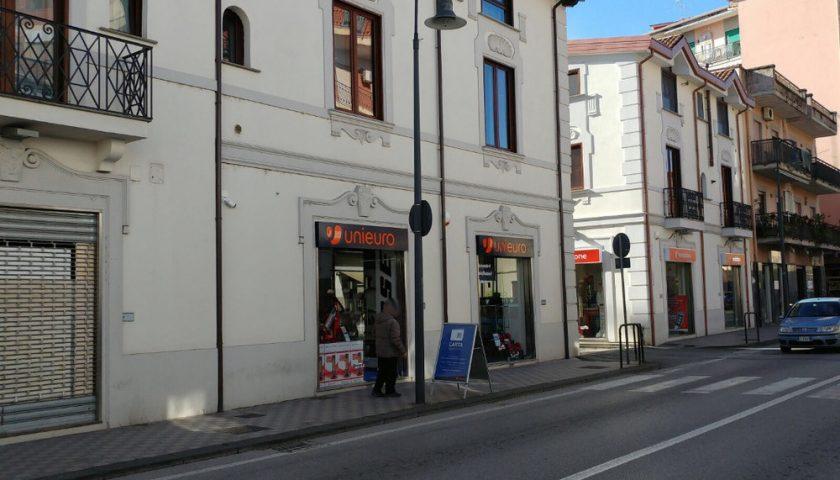 Razzia da Unieuro in pieno centro, bottino da 50mila euro a Pontecagnano Faiano