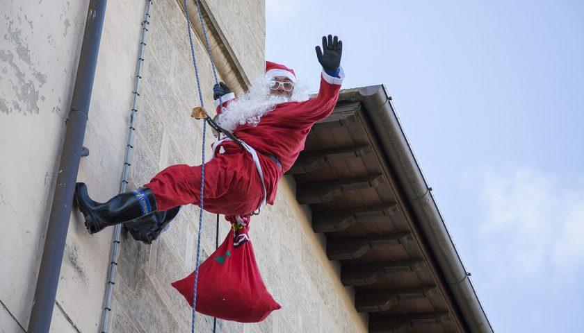 Babbo Natale Acrobatico per i bambini del reparto pediatrico dell'ospedale San Giovanni e Ruggi di Salerno