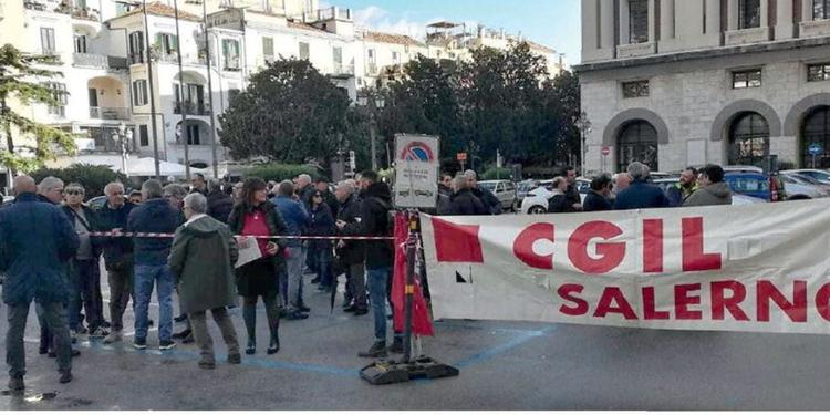 Salerno, per sedicimila lavoratori paura reddito zero