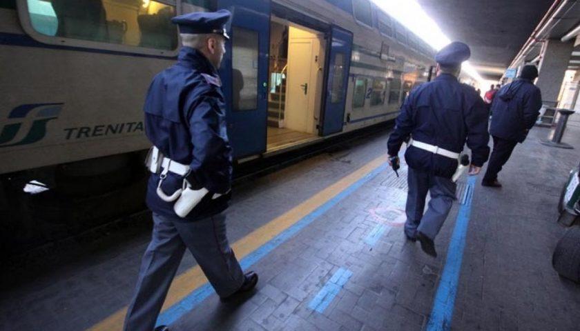 Controlli della Polizia in treni e stazioni: a Salerno per Luci d'Artista una task force contro venditori abusivi e borseggiatori