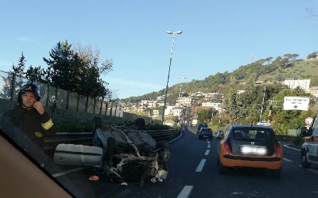Salerno: auto si ribalta in tangenziale