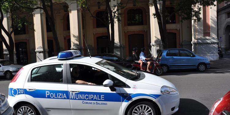 Salerno, infastidivano gli automobilisti in piazza Mazzini: nei guai quattro rom