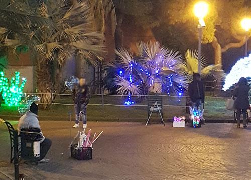 Salerno: sotto le Luci in villa comunale spuntano gli abusivi