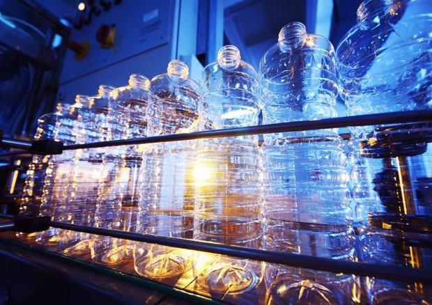 Una macchina che converte rifiuti di plastica in carburante