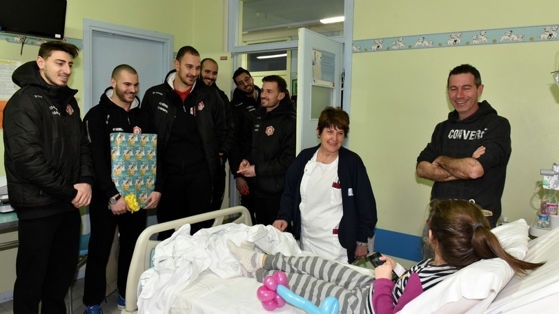 Volley / A2 Maschile: I Lupi Santa Croce in visita ai piccoli malati