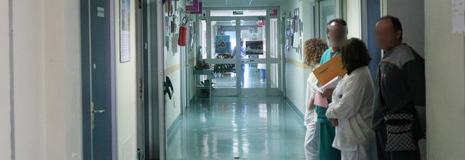 Caos in ospedale, finti portapizze saccheggiano il reparto di oculistica