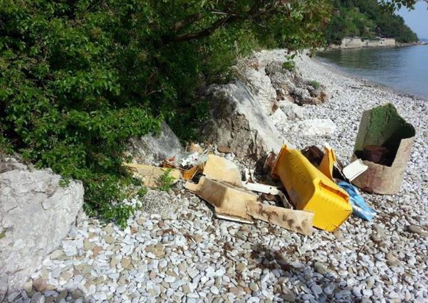 Volontari puliscono le spiagge, aggredite da plastica ed erosione