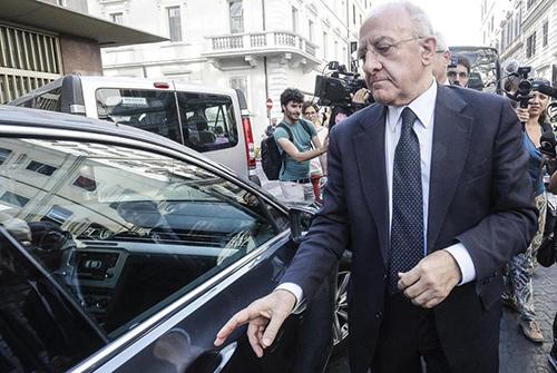 """De Luca ad Angri per il Santo, lancia Postiglione e snobba il sindaco Ferraioli. L'amministrazione: """"Sgarbo istituzionale"""""""