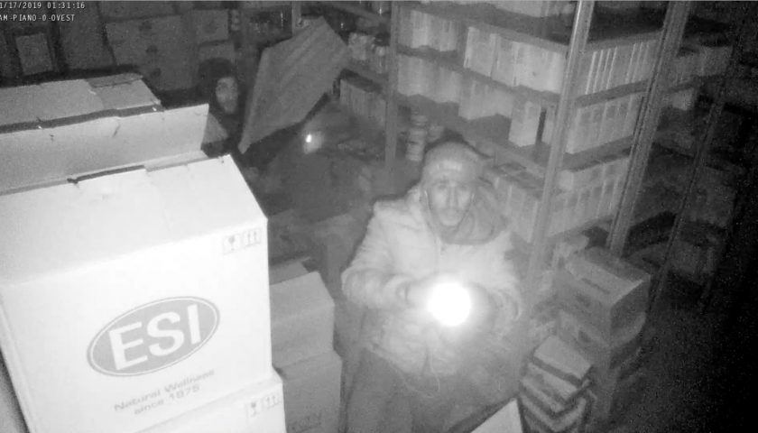 Bellizzi, furto nella notte alla sede del Gruppo Sant'Anna Farmacie. E l'azienda diffonde le foto dei ladri