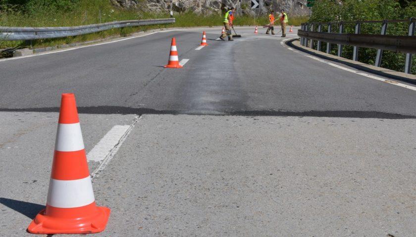 Come rimuovere l'olio motore dall'asfalto