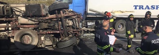 Scontro tra Tir sull'autostrada A2,  miracolati i due conducenti