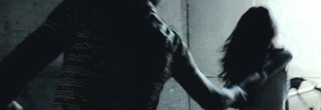 Calci e pugni sulla porta dell'ex: «Se non torni con me ti dò fuoco»
