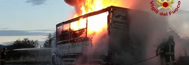 Baronissi, autocarro in fiamme: c'è liquido infiammabile, è doloso