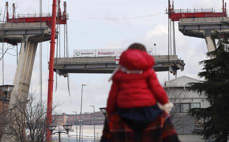 Ponte Genova demolizione iniziata discesa trave tampone