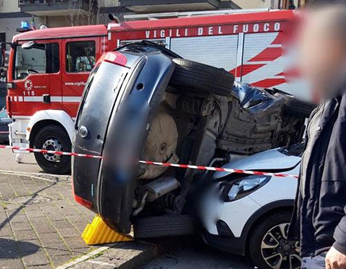 Incidente in Via dei Mille, auto si ribalta: conducente incastrato tra le lamiere