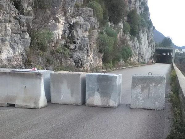 """Blocchi di cemento lungo la S.P. 342 Roscigno-Sacco. Latempa: """"Situazione vergognosa che dura da 8 anni"""""""