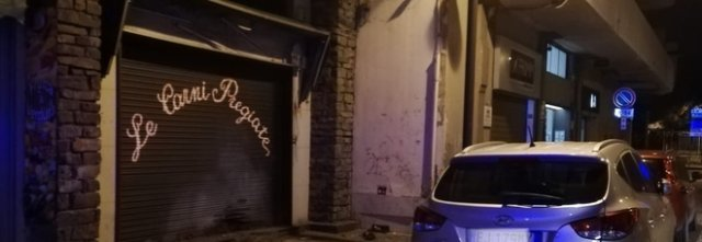Notte di terrore a Scafati: bomba carta davanti alla macelleria