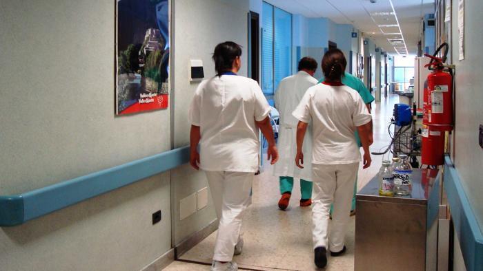 Paziente contagia infermiera, allarme in ospedale a Pozzuoli: tamponi per tutti