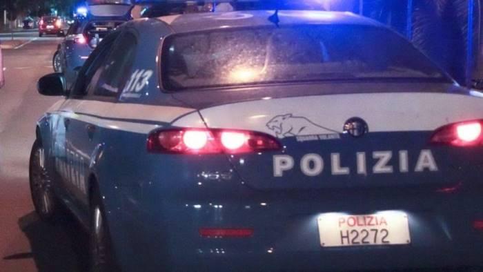 Rogo all'auto di un agente e cinque vetture danneggiate