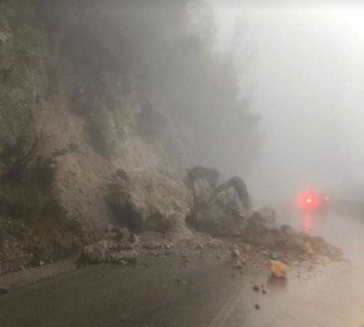 Ravello, ancora paura sulla strada per Chiunzi: grossi massi sull'asfalto