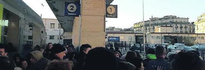 L'odissea dei pendolari sui binari: «Napoli-Salerno, la roulette corse»