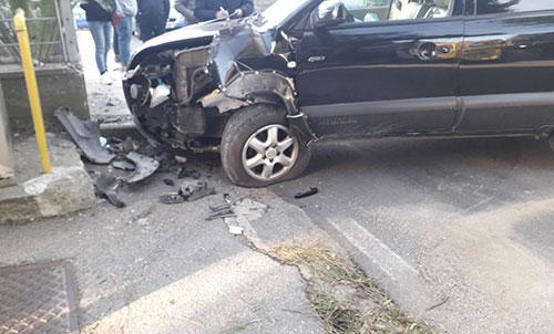 Tragedia a Salerno: si schianta con l'auto contro un muro, muore sul colpo