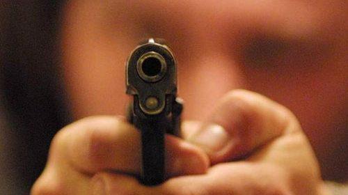 Napoli, 83enne spara al titolare di un chiosco per gli schiamazzi