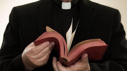 Non può cresimare l'amica perché convive con un uomo: lo stop del sacerdote