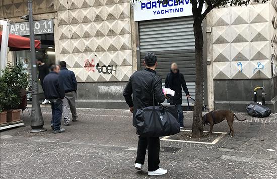 Venditori abusivi molesti a Salerno, la denuncia di un visitatore lucano