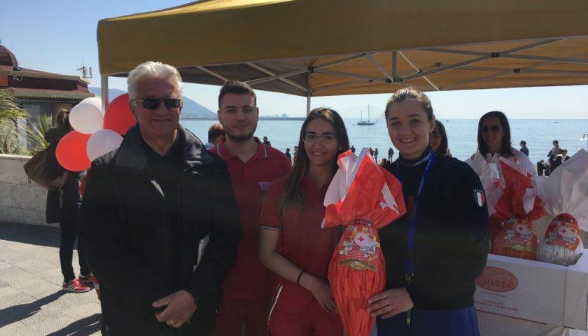 Uova solidali: anche il sindaco di Salerno Enzo Napoli allo stand della Croce Rossa Italiana