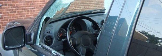 A Battipaglia tornano in azione i vandali, vetri delle auto in frantumi